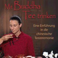 Mit Buddha Tee trinken